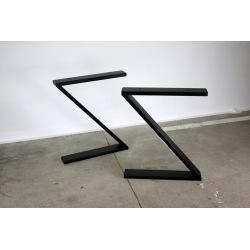 Kovové čtvercové nohy stolu...