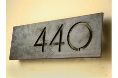 Industriální domovní čísla, označení bytu nebo název firmy a restaurace